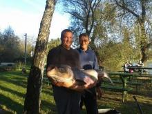 Varga István (jobbra) 28 kg-os rekord busájával